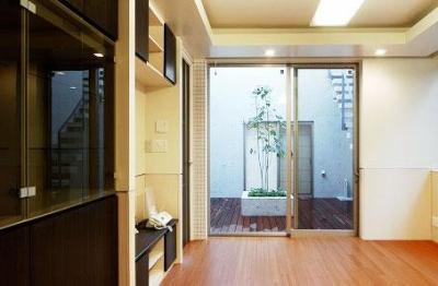 大田区Y邸新築工事・コートハウス(中庭)のある家 (中庭に面したリビング)