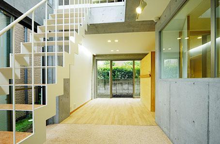 原町S邸新築工事・屋上庭園のある家の部屋 玄関より室内を見る