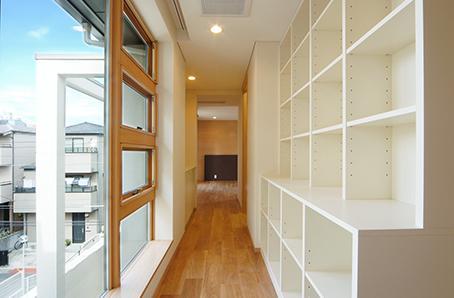 江東区O邸新築工事の写真 壁面収納のある廊下
