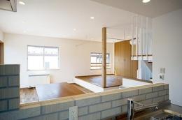 川崎市T邸新築工事・大空間リビングの家 (キッチンよりリビングを見る)