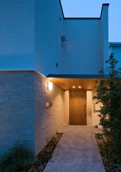 津のコートハウス (アプローチより玄関を見る)