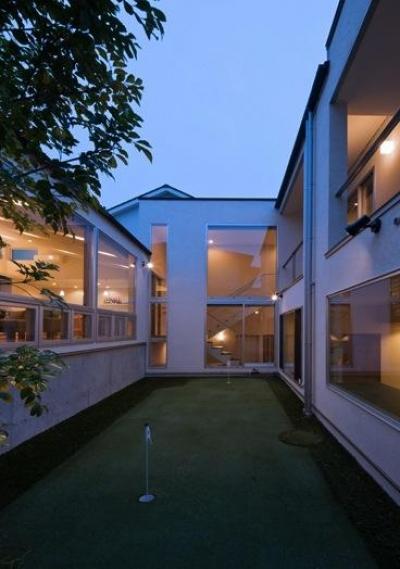 津のコートハウス (コート(中央)-夕景)