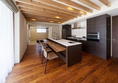 キッチン奥には畳スペース (外断熱の家・自由が丘のコートハウス)