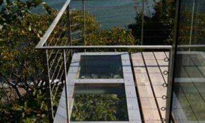 海の崖っぷちのSOHO (デッキ一部は強化ガラス床)
