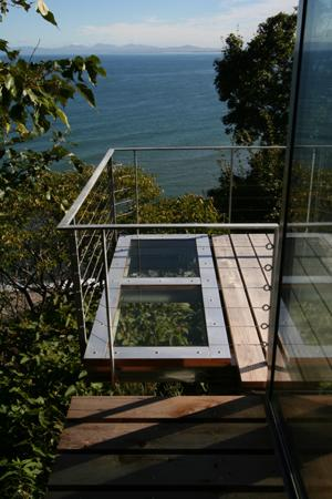 海の崖っぷちのSOHOの部屋 デッキ一部は強化ガラス床