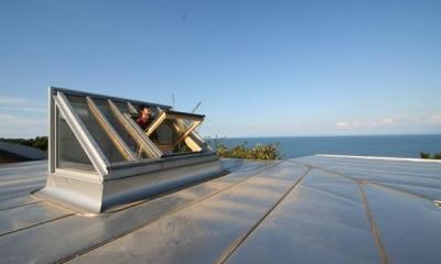 海の崖っぷちのSOHO (天窓と屋根)