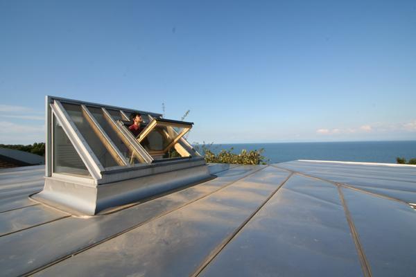 海の崖っぷちのSOHOの部屋 天窓と屋根