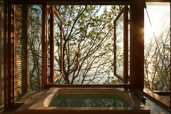 海の崖っぷちのSOHOの部屋 浴室-両開戸