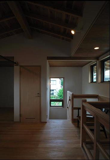 安曇野の家2の写真 2階多目的ホールより階段室を見る