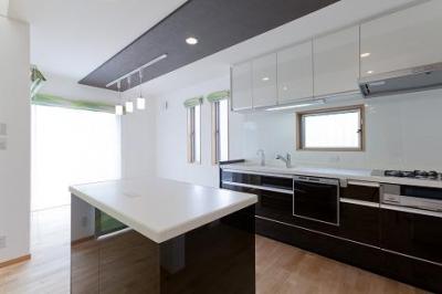 明るいキッチン (TARAGAの家)