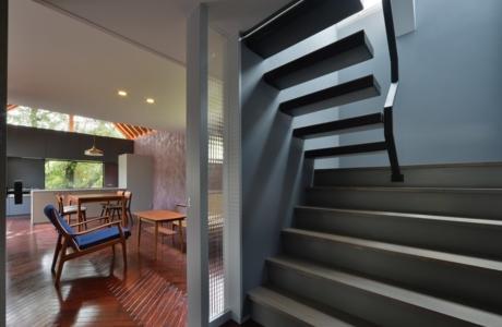 守山の家の部屋 階段(撮影:加納フォト)