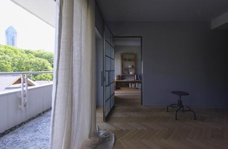 星ヶ丘のリノベーションの部屋 リビングより寝室を見る(撮影:多田ユウコ写真事務所)