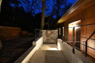 大きな栗の木の下の家 (玄関アプローチ-夜景)