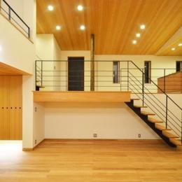 大きな栗の木の下の家 (玄関よりスキップフロアの大空間へ)