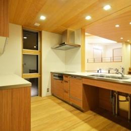 1.5階キッチン (大きな栗の木の下の家)