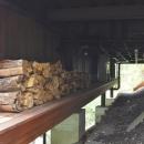 大きな栗の木の下の家の写真 設備機器置場と薪置場