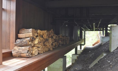 設備機器置場と薪置場|大きな栗の木の下の家