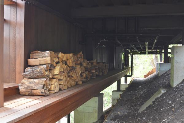 大きな栗の木の下の家 (設備機器置場と薪置場)