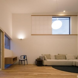 HOUSE sky 〜2つ屋根の家〜 (高窓のあるリビング1(撮影:m iwanami))