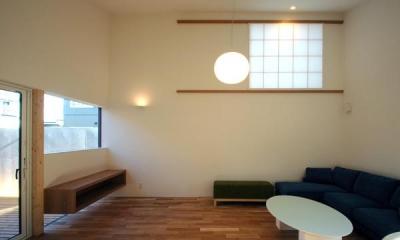HOUSE sky 〜2つ屋根の家〜 (高窓のあるリビング2(撮影:m iwanami))