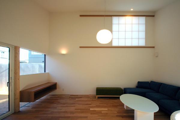HOUSE sky 〜2つ屋根の家〜の部屋 高窓のあるリビング2(撮影:m iwanami)