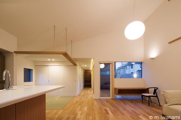 HOUSE sky 〜2つ屋根の家〜の部屋 畳スペースのあるLDK(撮影:m iwanami)