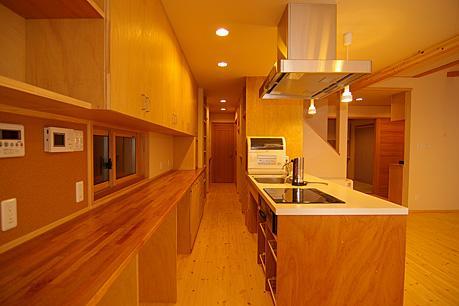 4人と1匹の日向ぼっこの写真 対面式キッチン