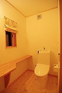 4人と1匹の日向ぼっこの写真 トイレ