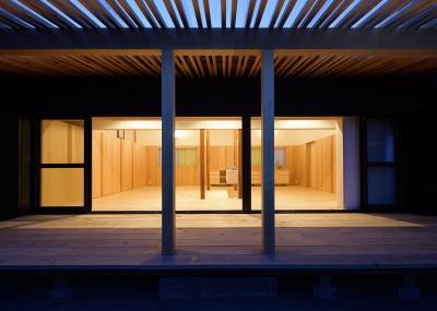 稲美町の離れ DETACHED ROOM in Inami (デッキよりリビングを見る)