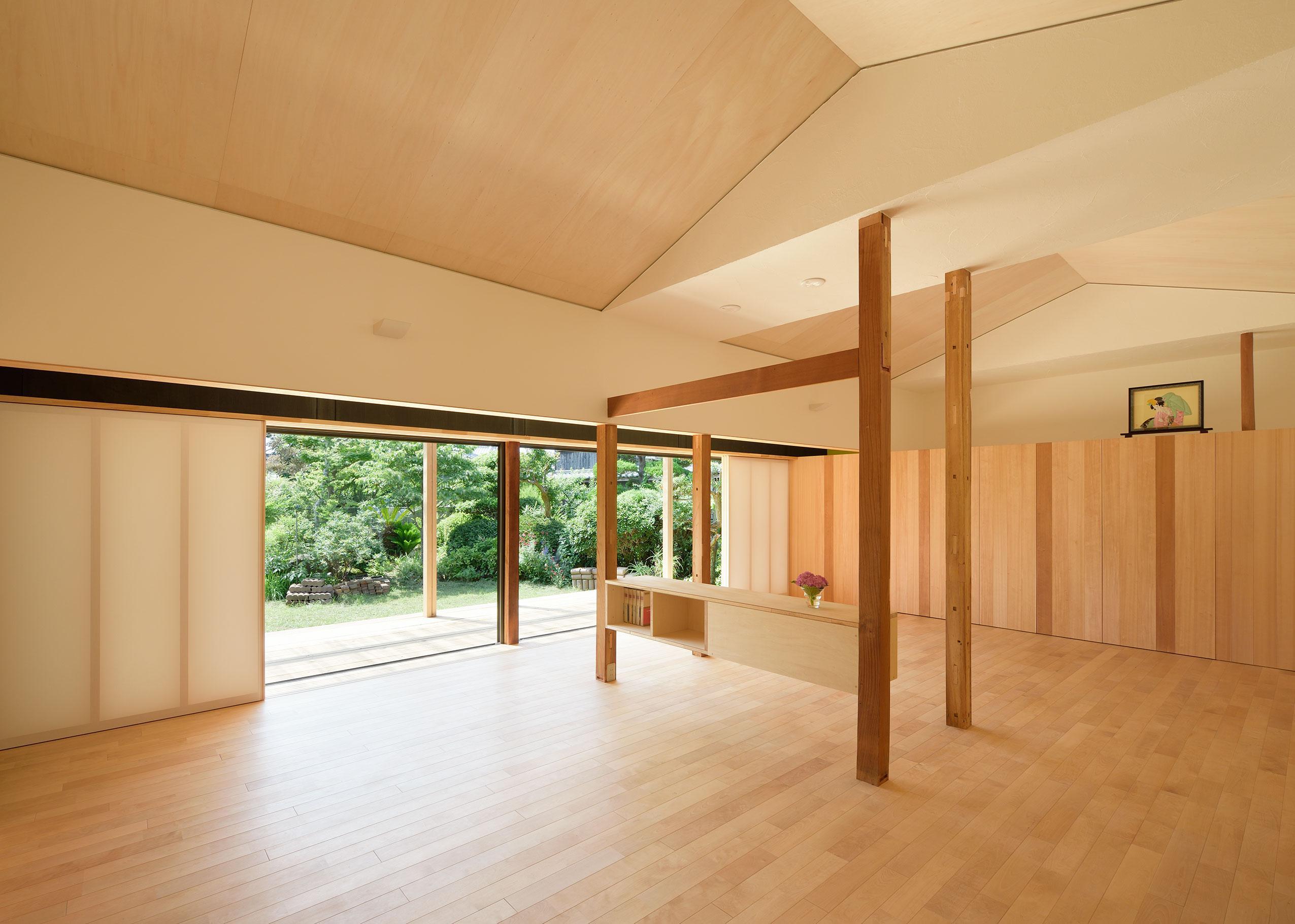 稲美町の離れ DETACHED ROOM in Inamiの部屋 リビングよりデッキを見る