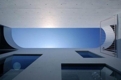 中庭より空を見上げる(撮影:杉野圭建) (Tender concrete)