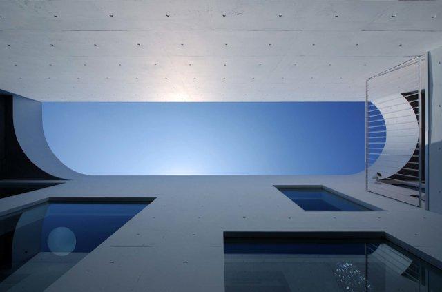 Tender concrete (中庭より空を見上げる(撮影:杉野圭建))