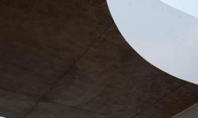 屋根に設けられた曲線状の穴(撮影:杉野圭建)|Tender concrete