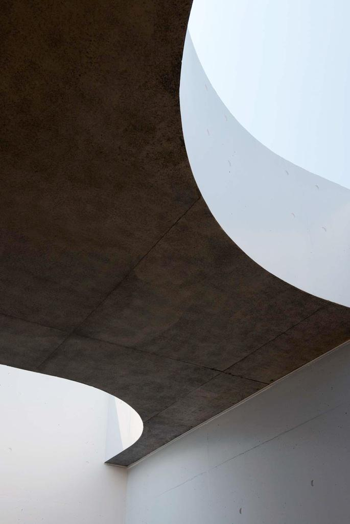 Tender concreteの写真 屋根に設けられた曲線状の穴(撮影:杉野圭建)