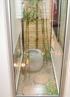 安東の家2(勝又邸)の部屋 竹のスクリーンがある庭