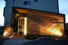 木格子の家 (中庭を隠す木格子)