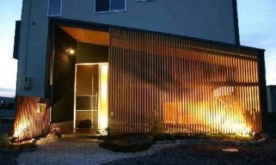 中庭を隠す木格子|木格子の家