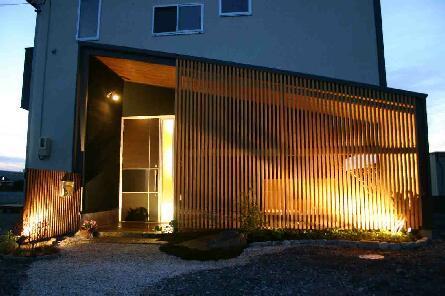 木格子の家の部屋 中庭を隠す木格子