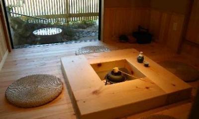 囲炉裏より中庭を見る|木格子の家