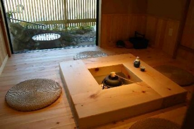 木格子の家 (囲炉裏より中庭を見る)