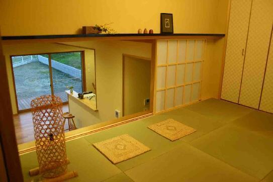 木格子の家の部屋 1.5階和室よりLDKを見る