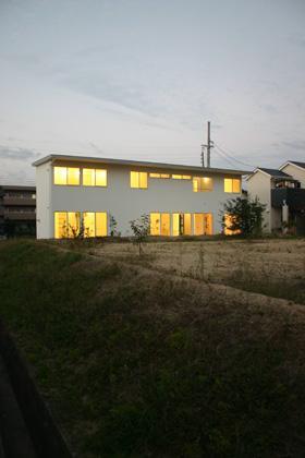 house h (白い外観-夕景)