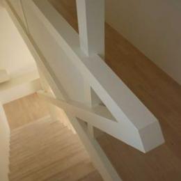 house h (階段を見下ろす)