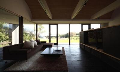 開放的なリビング(撮影:安達治)|寿都の平屋