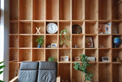 2階の間 柱を利用した収納棚 (78/100 木箱・千種)
