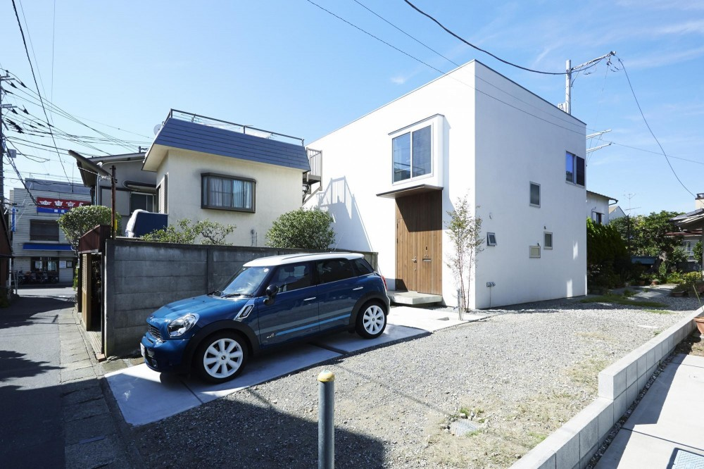 四角い外観と木製玄関扉 (鎌倉の家 旗竿敷地に建つ中庭のある家)