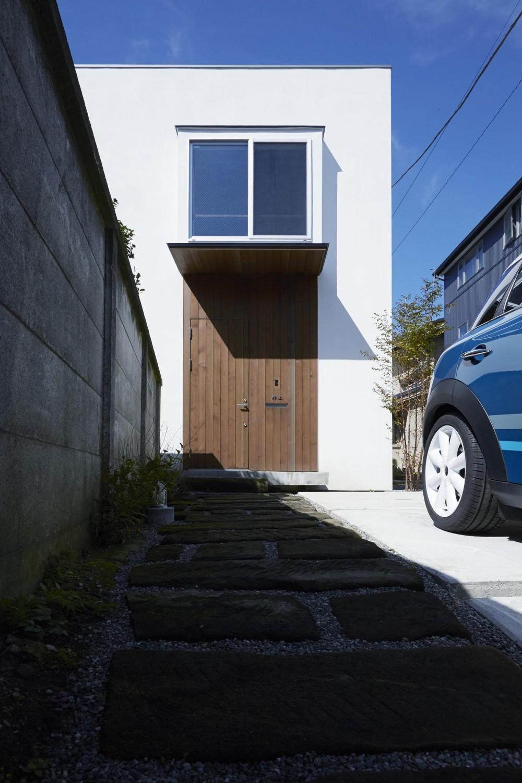 鎌倉の家 旗竿敷地に建つ中庭のある家 (アプローチから連続する帯状のデザイン)
