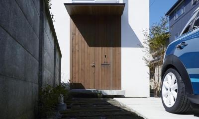 アプローチから連続する帯状のデザイン|鎌倉の家 旗竿敷地に建つ中庭のある家
