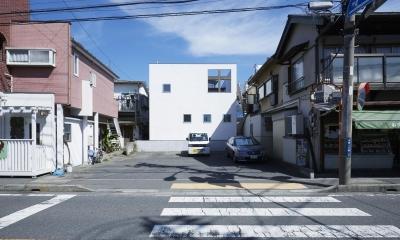 鎌倉の家 旗竿敷地に建つ中庭のある家 (四角い外観とテラスに開けられた四角い開口)