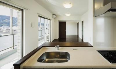 HM賃貸マンション (room1-キッチンよりリビングを見る)